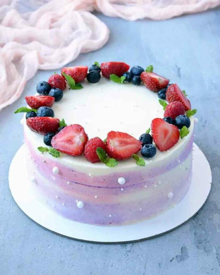 Torte di compleanno facili da fare in casa, torta con panna e frutti di bosco