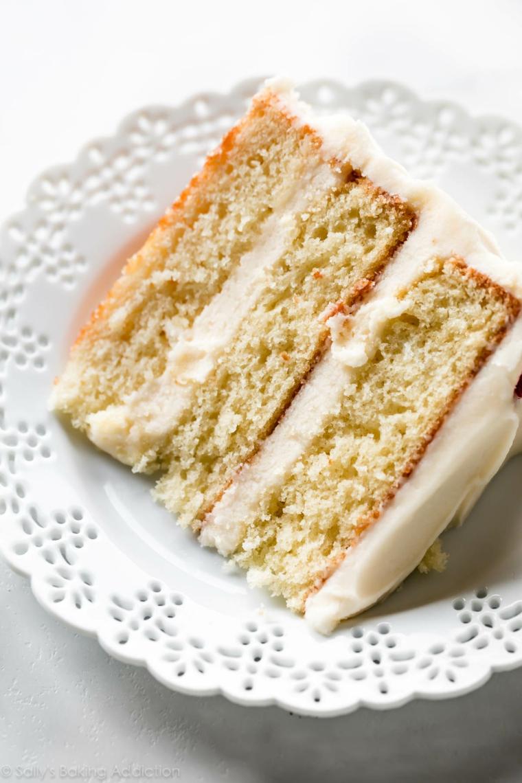 Torte bellissime di buon compleanno, pezzo di torta con ghiaccia reale bianca
