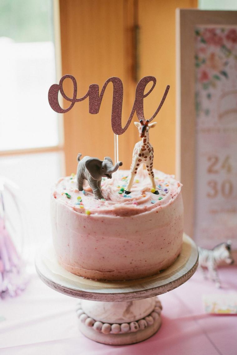 Torte di compleanno facili da fare in casa, torta con panna montata rosa, topping torta con scritta