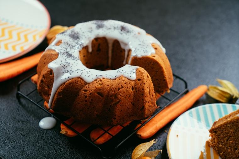 Ricetta torta di carote soffice, decorazione torta con ghiaccia reale, pezzo di cake in piatto