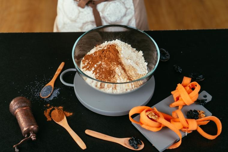 Ciotola di vetro con farine e cannella, catore grattugiate, ricetta torta di carote