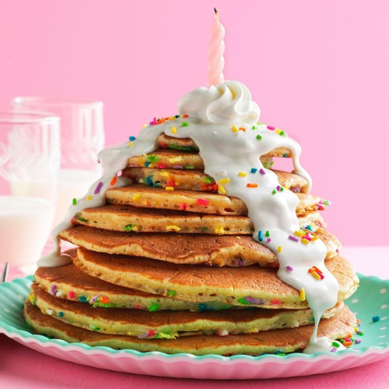Torte di compleanno facili da fare in casa, torta di pancakes con ghiaccia reale