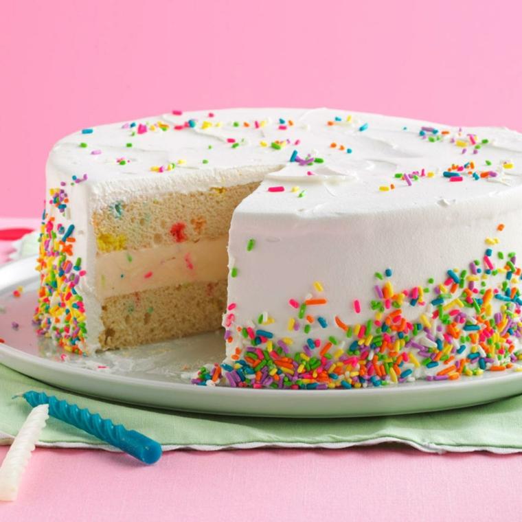 Decorazioni torte semplici, torta rotonda con panna montata e codette di zucchero