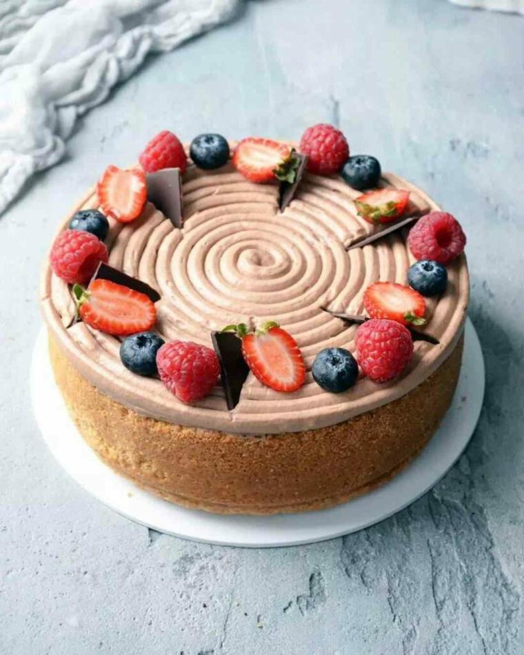 Torte bellissime, torta rotonda con mousse di cioccolato, torta decorata con frutti di bosco