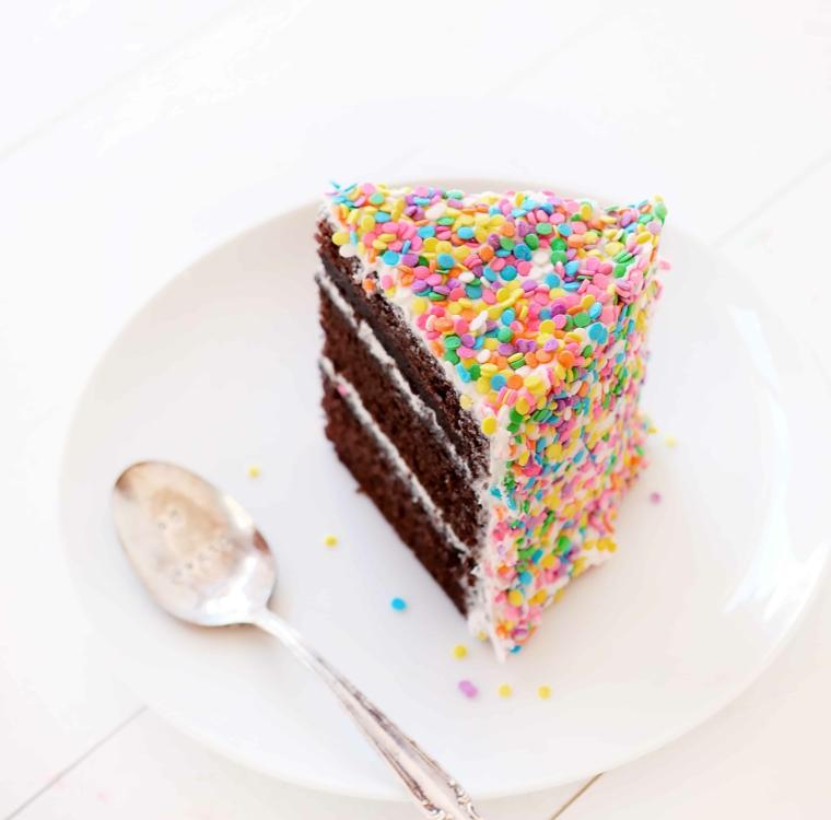 Torte di compleanno semplici da fare in casa, pezzo di torta decorato con palline di zucchero colorate