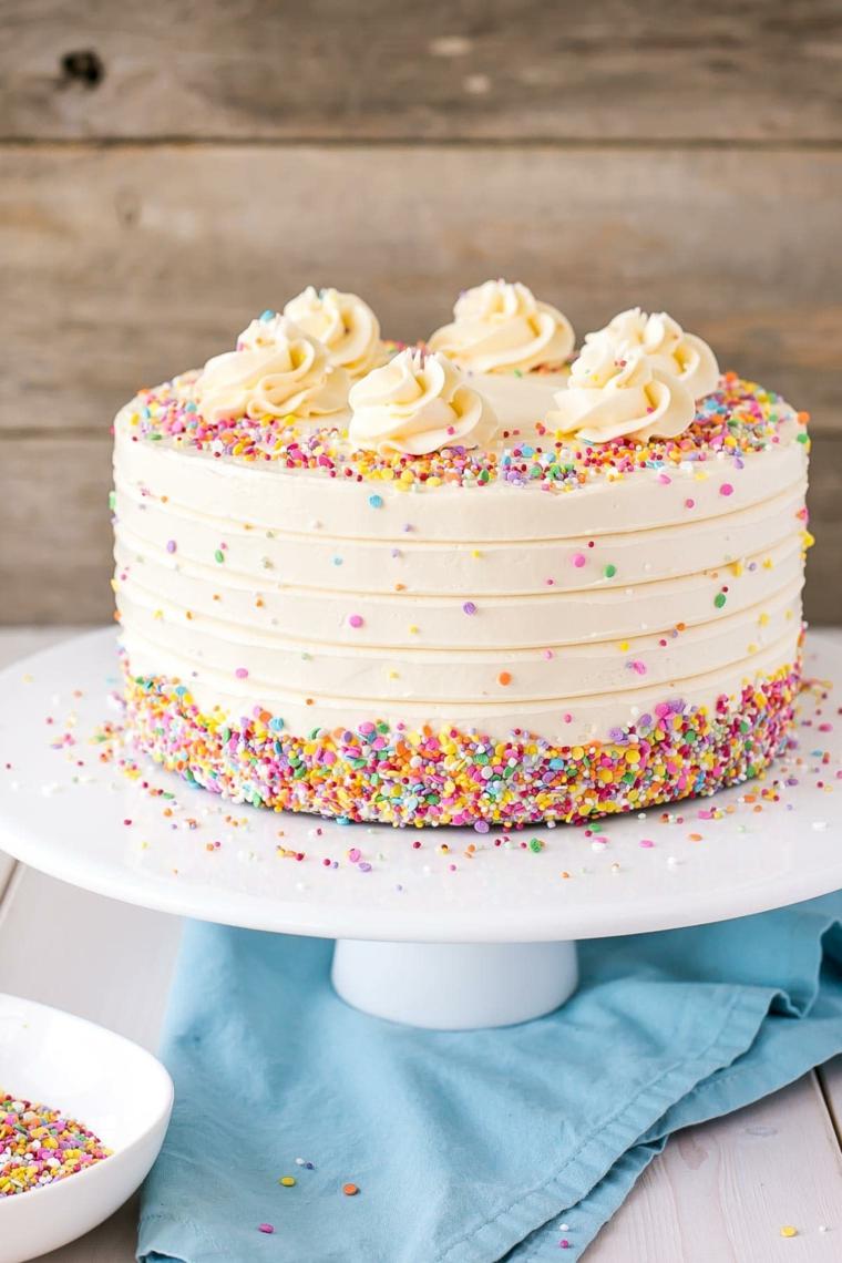 Torte di compleanno facili da fare in casa, torta rotonda con palline di zucchero colorate