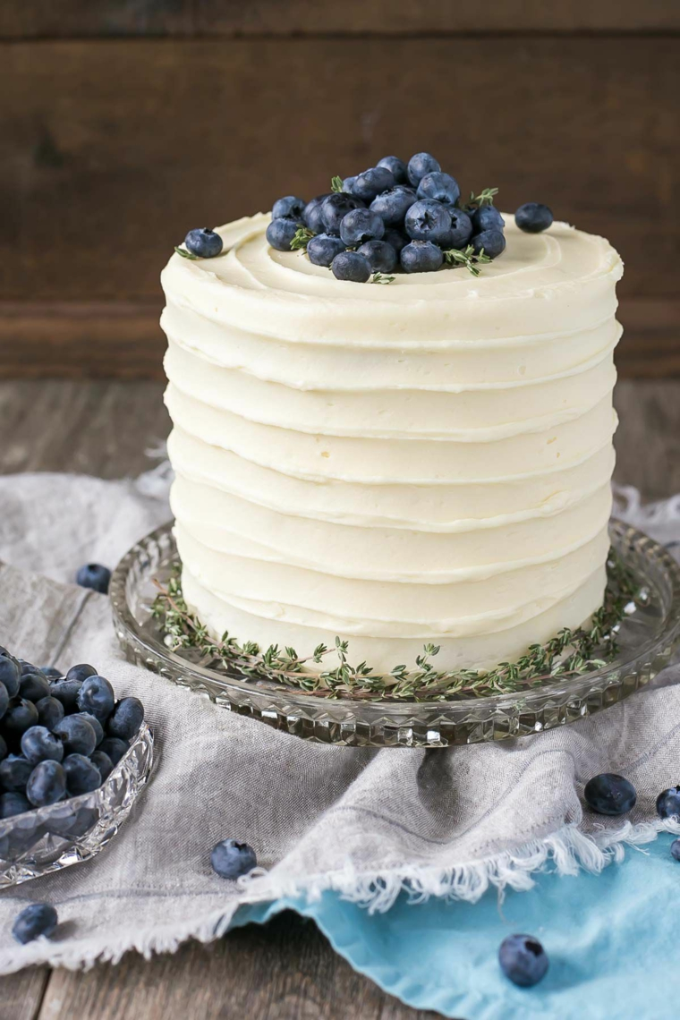 Torta di compleanno con panna montata, torta decorata con mirtilli