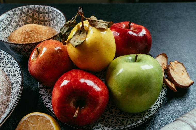 Apple pie ricetta, piatto con mele rosse e verdi, ciotola con zucchero di cocco, ingredienti per crostata