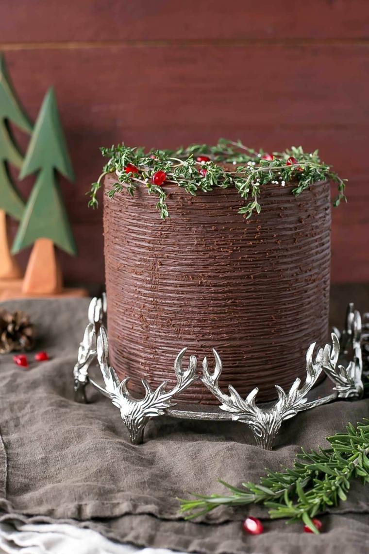 Torta di compleanno decorata con cioccolato, torta invernale per Natale