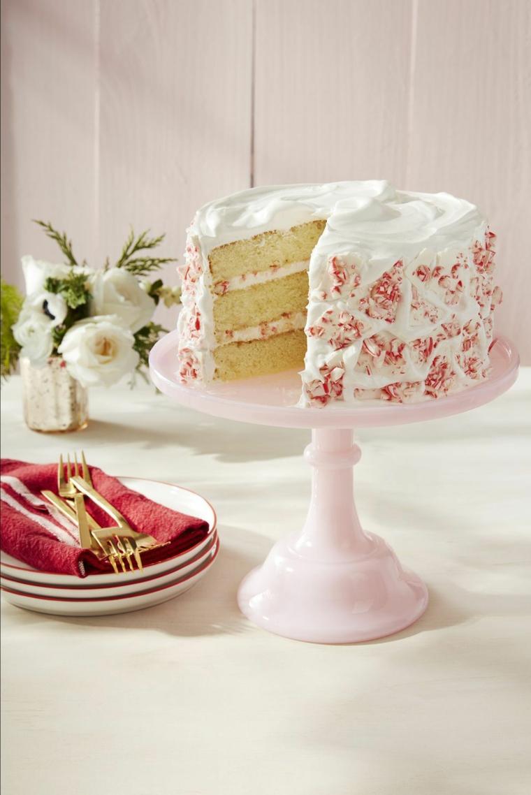 Torta di compleanno decorata con panna montata, piattini con forchette
