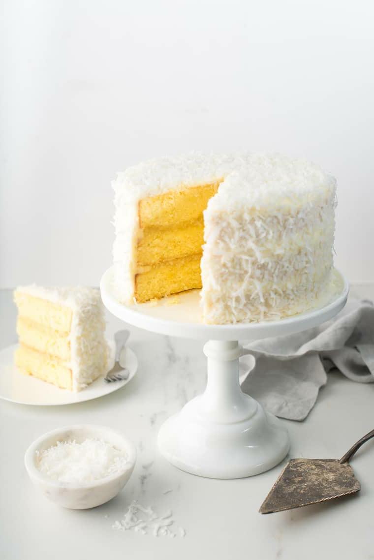 Decorazioni torte semplici, torta con cocco grattugiato, torta con strati all'ananas