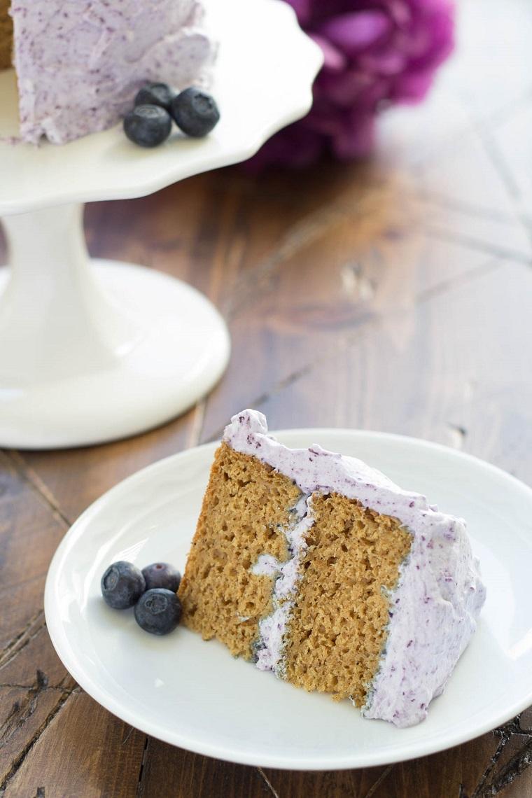 Pezzo di torta con mirtilli, decorazioni torte semplici, pezzo di torta con panna montata