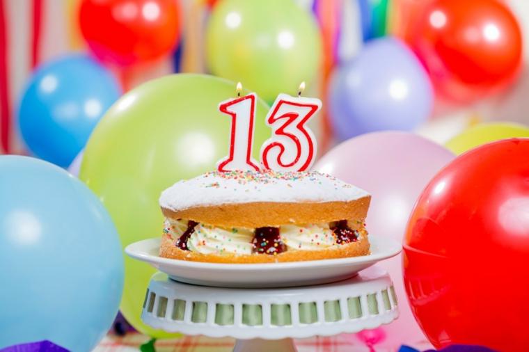 Torta compleanno bambini fatta in casa, torta con strati soffici e candeline con numeri