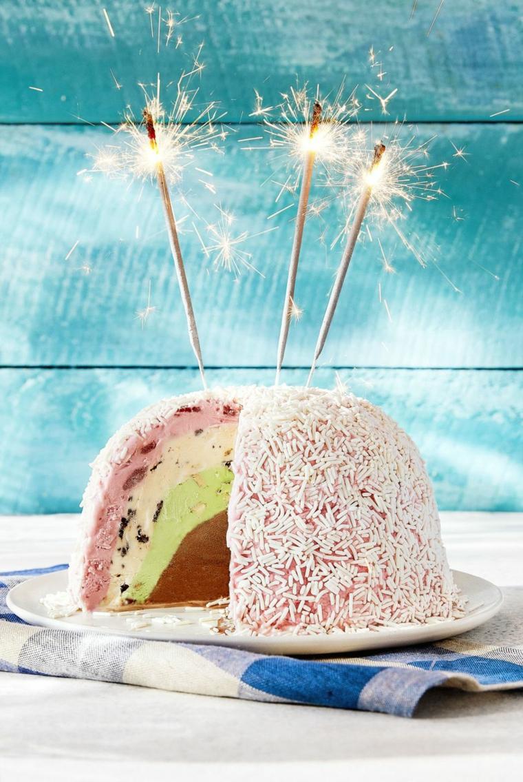Decorazioni torte semplici, torta rotonda di gelato, torta con codette di zucchero