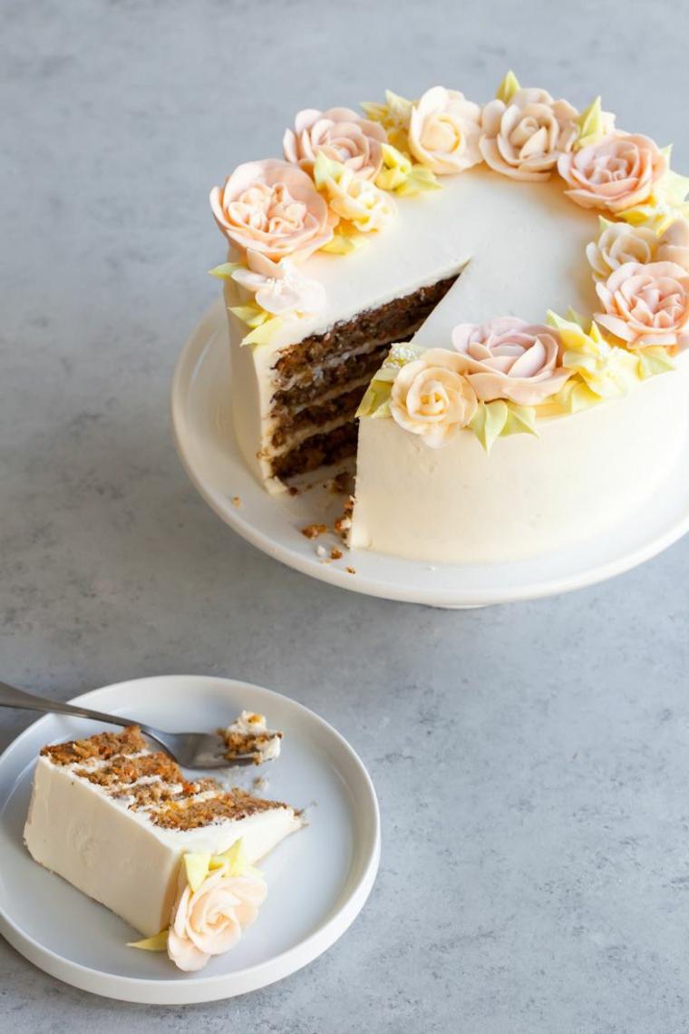 Torte bellissime di buon compleanno, torta rotonda con panna montata