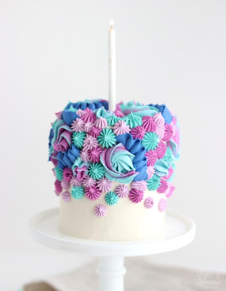 Torte bellissime di buon compleanno, torta decorata con panna montata colorata