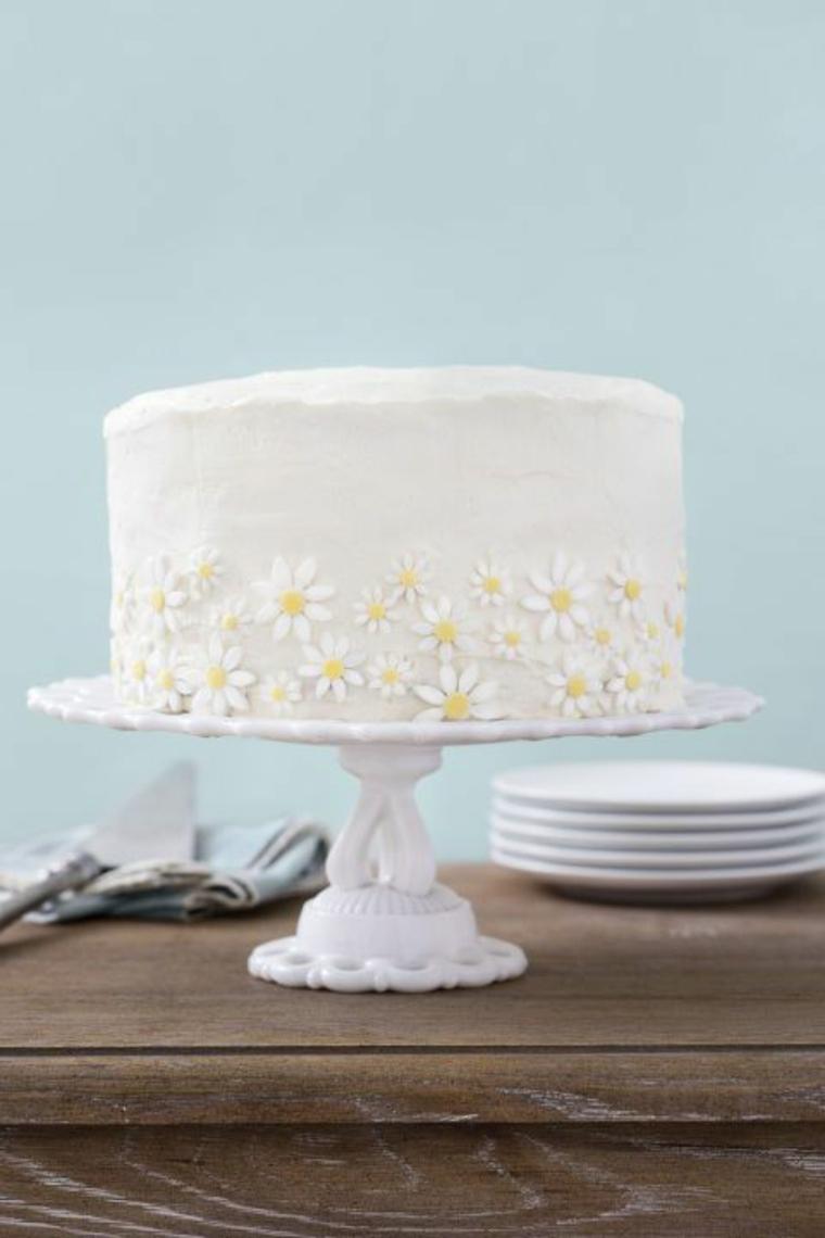 Torte bellissime, torta rotonda con panna montata, decorazione torta con fiorellini