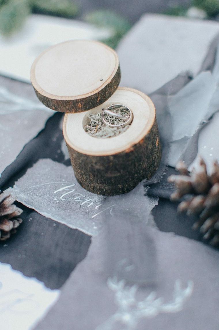 Scatoletta di legno con le fedi nuziali, come si organizza un matrimonio
