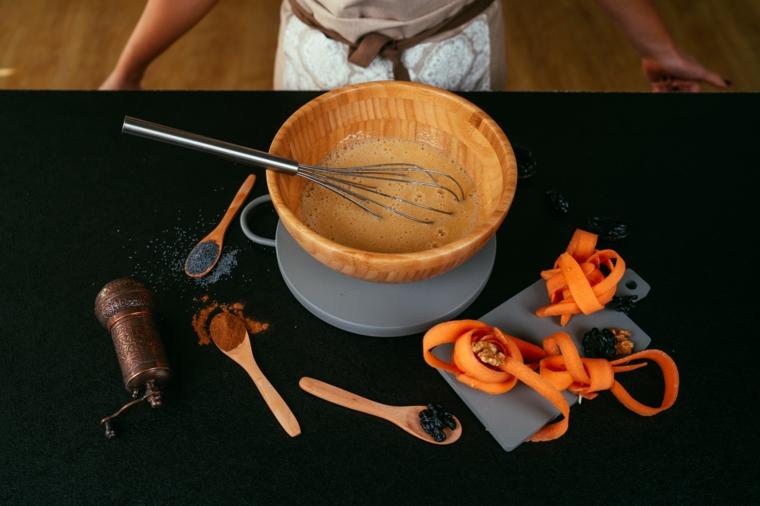 Torta ci carote light, ciotola con uovo sbattuto, carote grattugiate