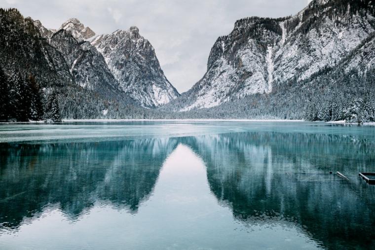 Immagine di una montagna innevata, foto di un lago, immagine per lo schermo del computer