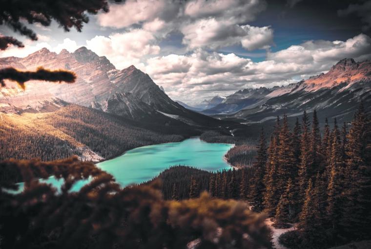 Foto con montagne innevate, lago e foresta, immagine per lo schermo del computer