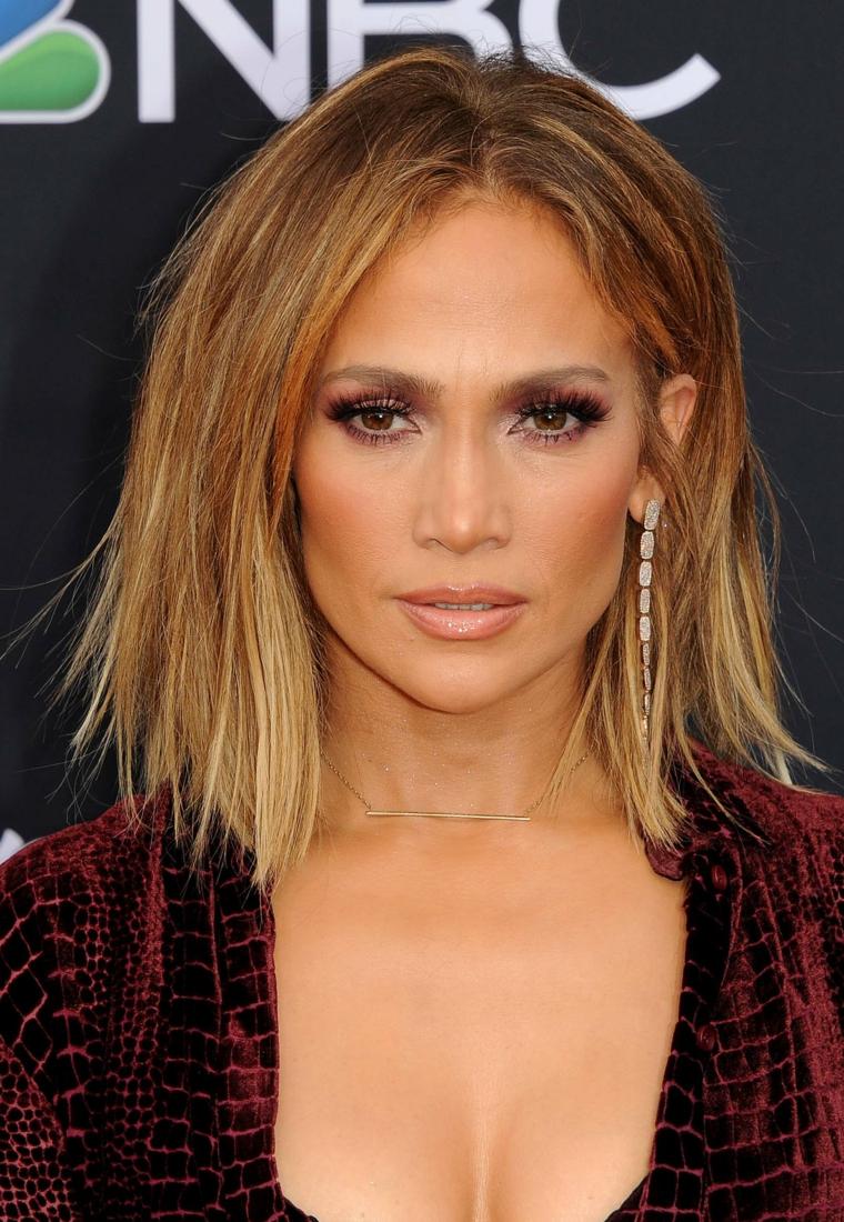 Tagli capelli autunno 2020 donne, Jennifer Lopez con taglio long bob colore biondo
