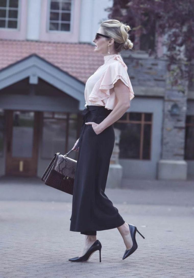 Donna con un pantalone nero palazzo, tagli capelli estate 2020 di colore biondo