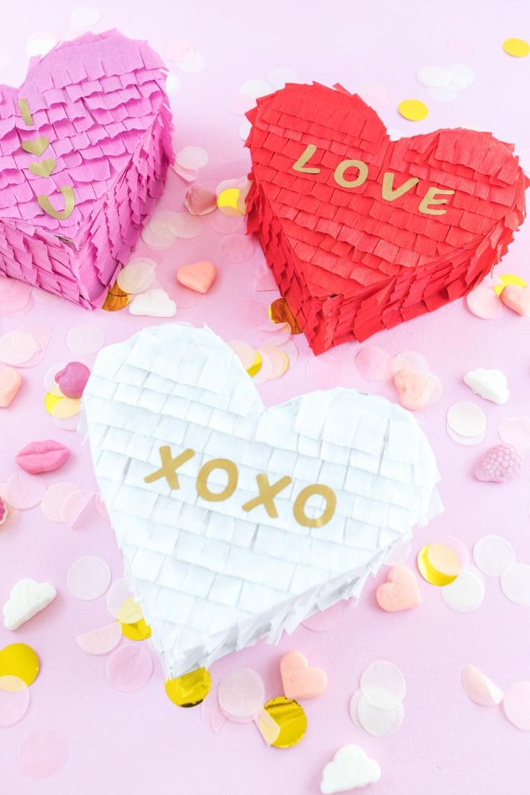 Scatola pinata a forma di cuore con scritte, idea regalo per la festa di san valentino