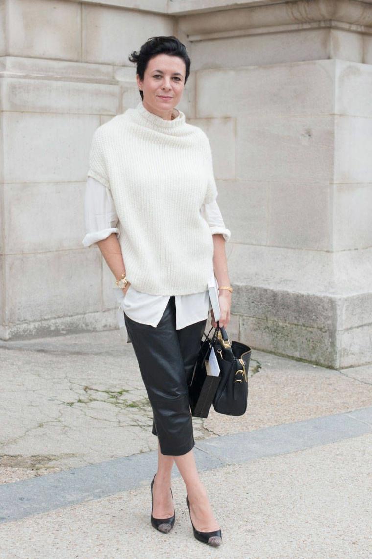 Donna con un pantalone nero di pelle, tagli capelli corti 2020 immagini