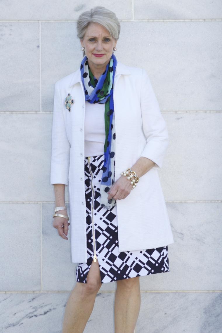 Tagli capelli corti 2020 immagini, donna over 50 con un abbigliamento elegante