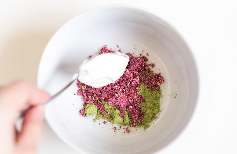 Maschera purificante viso, piattino con polvere di melograno e tè verde matcha