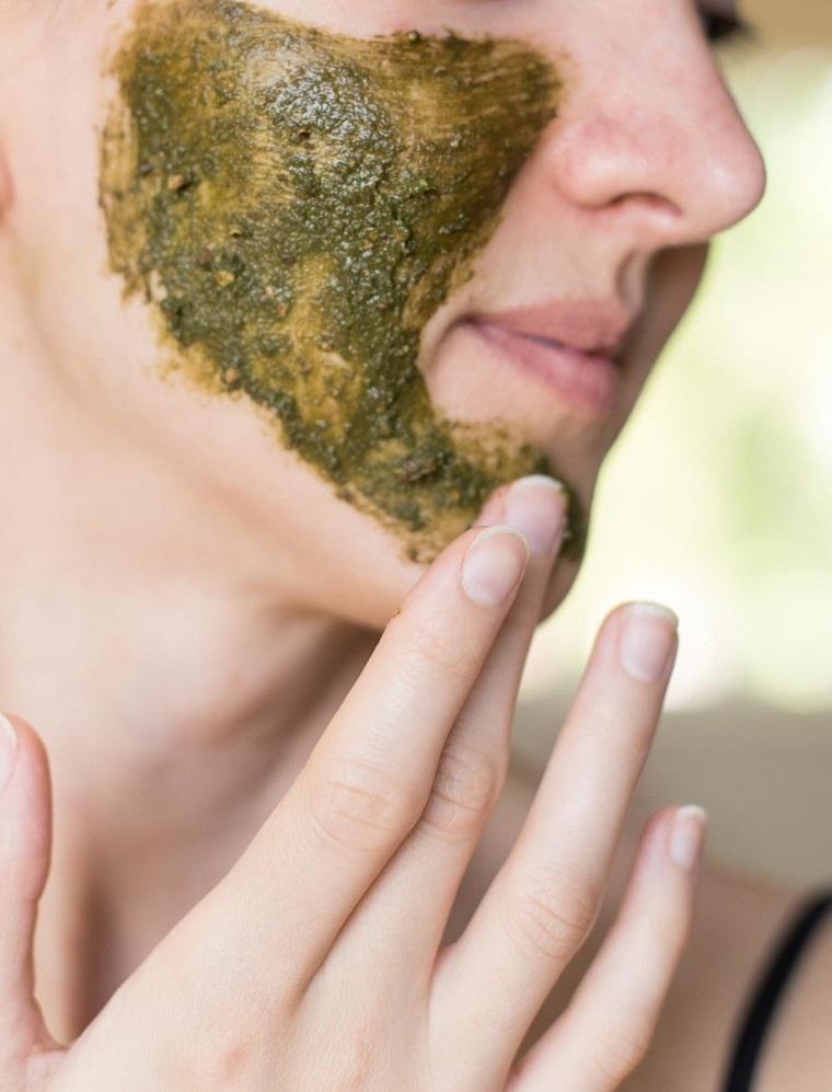 Il viso di una donna con trattamento in maschera, maschera purificante viso