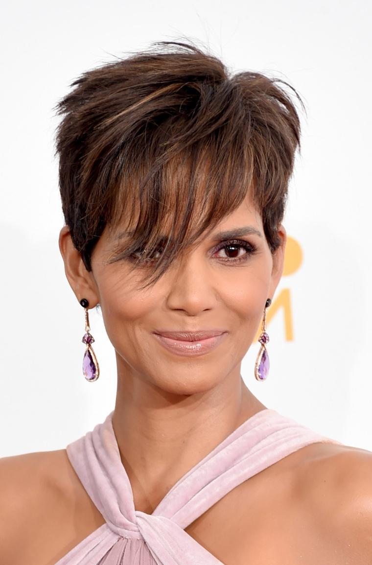 Capelli corti donna 2020, taglio capelli scalato di colore castano con ciuffo davanti