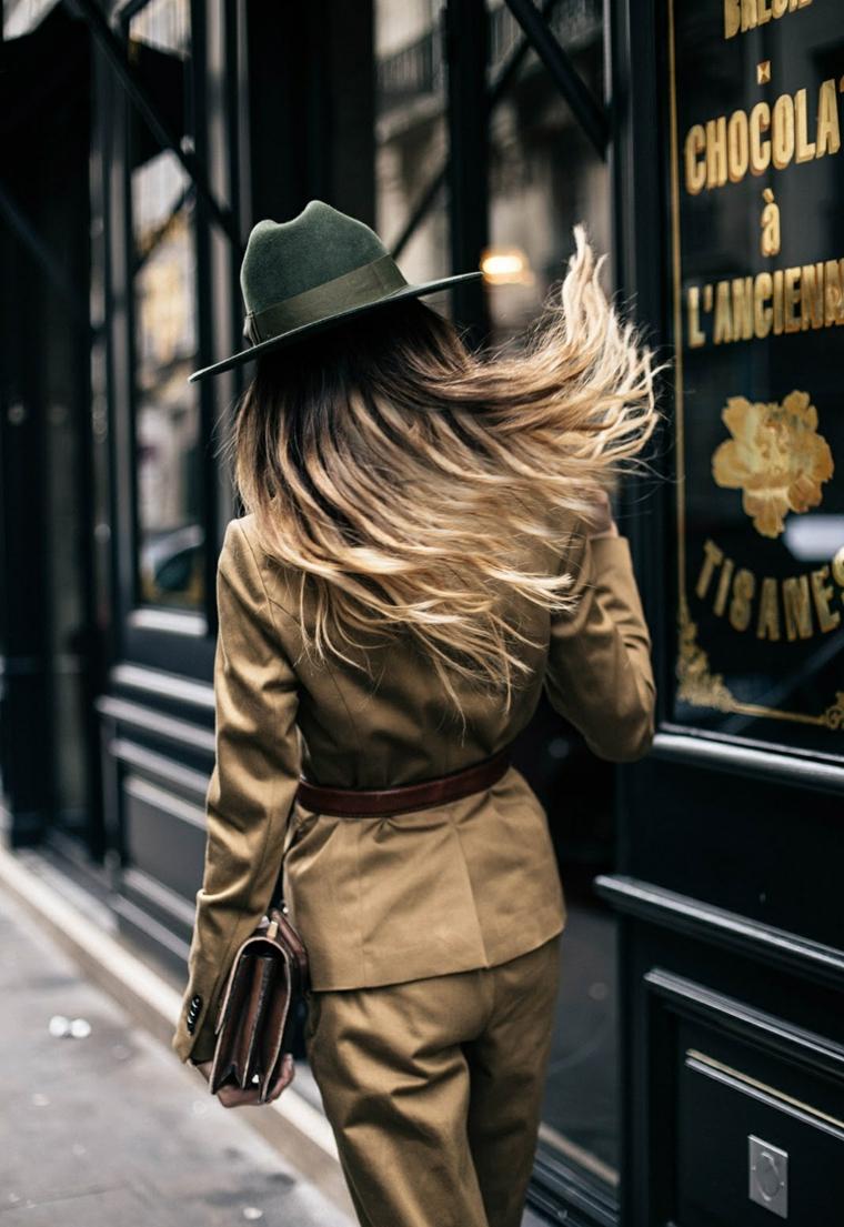 Schiariture capelli, ragazza con capelli lunghi con sfumature di biondo