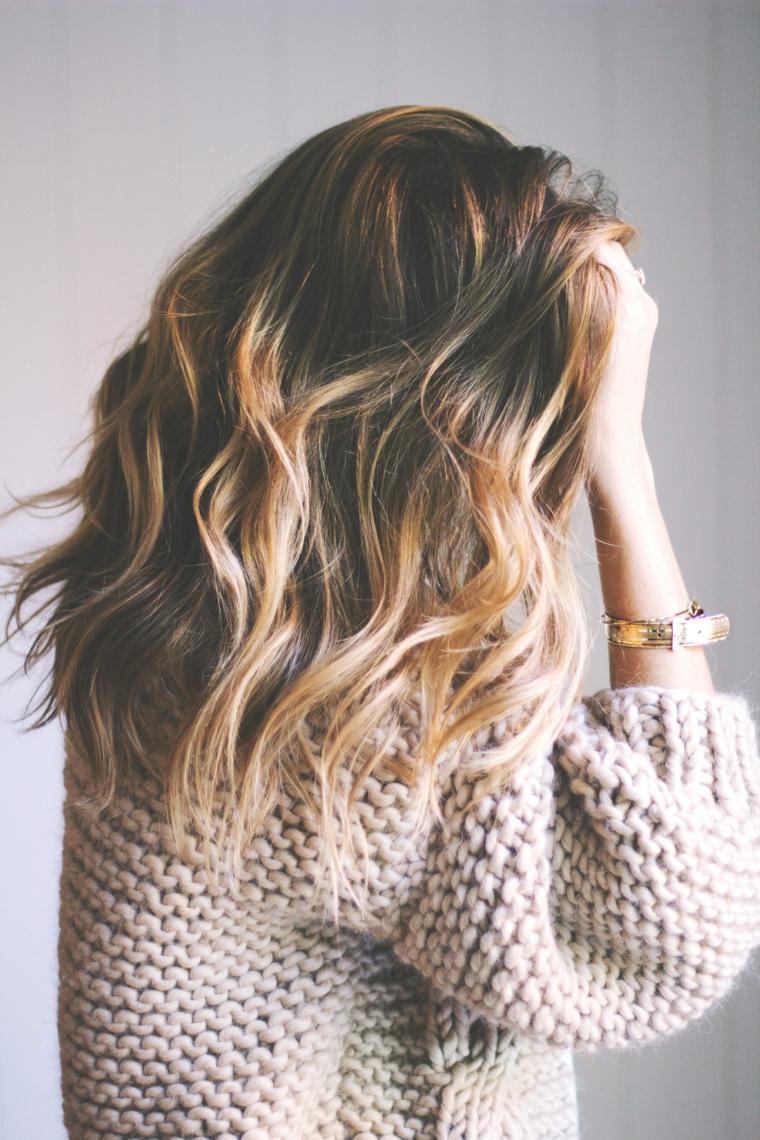 Capelli sfumati, capelli taglio medio lungo con onde da spiaggia e sfumature