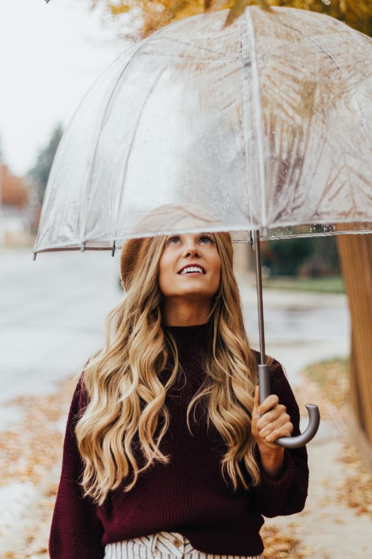 Colore capelli autunno 2020, ragazza con capelli biondi e ombrello trasparente
