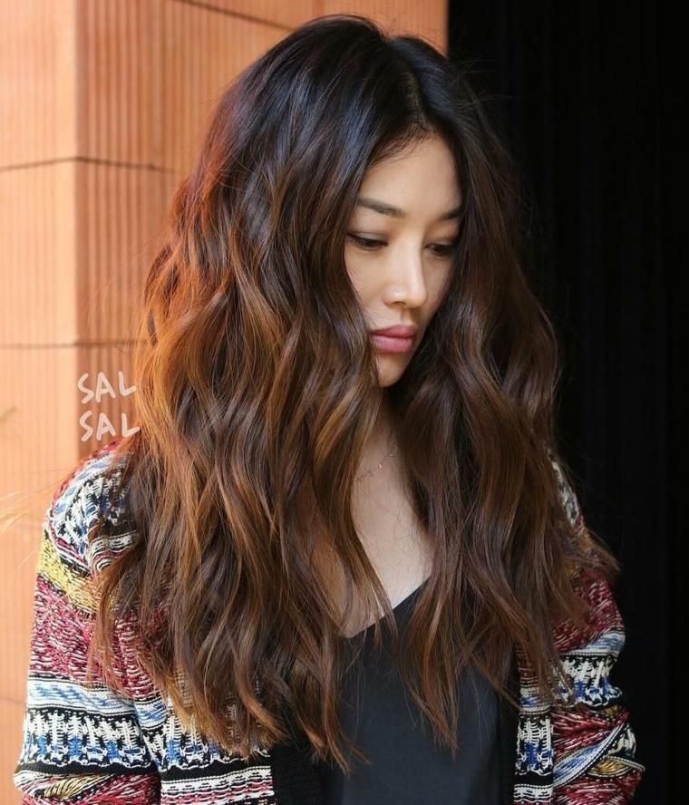 Capelli castano caramello, ragazza con capelli lunghi ondulati, colorazione capelli caramello