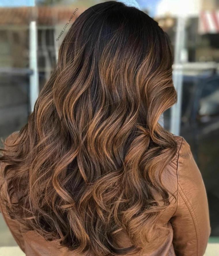 Capelli sfumati, acconciatura capelli lunghi ondulati, capelli colorati di castano caramello