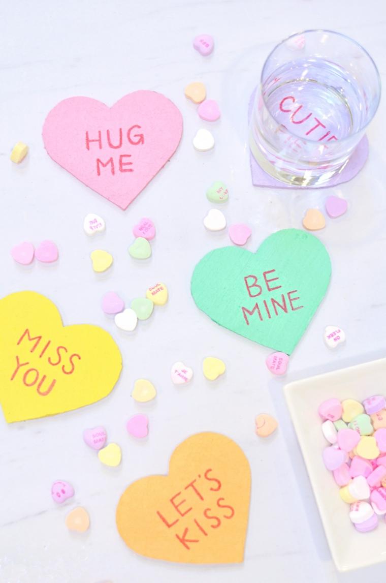 Idee regalo per san valentino, sottobichieri a forma di cuore con scritta in inglese