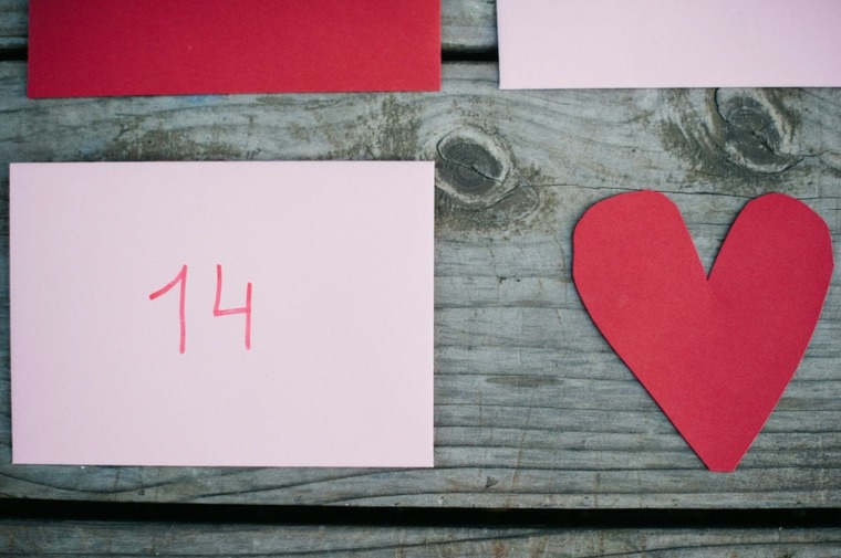 Cuore ritagliato da un cartoncino rosso, bigliettino con scritta il numero 14