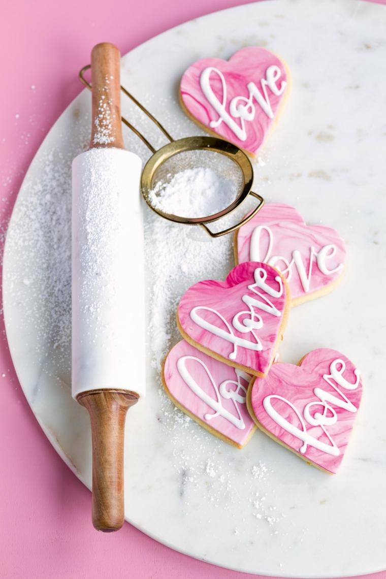 Biscotti per la Festa di San Valentino, biscotti a forma di cuore con scritta Love