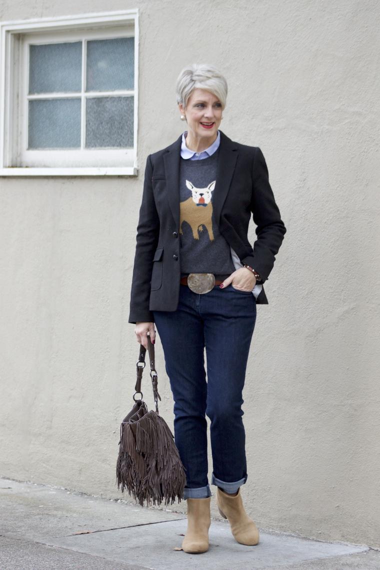 Donna che indossa jeans con cintura, tagli corti femminili di colore biondo platino