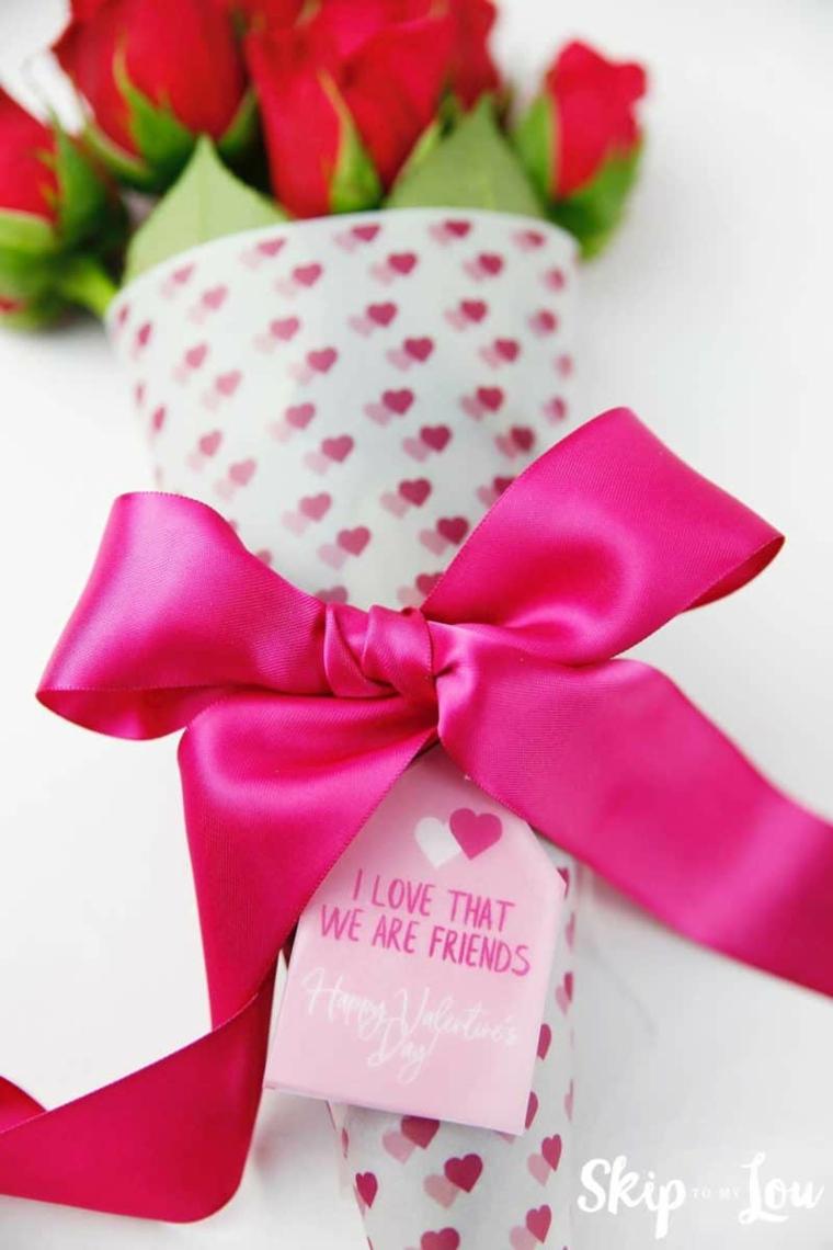 Regali da fare a San Valentino, bouquet di rose con nastro a fiocco di colore fucsia