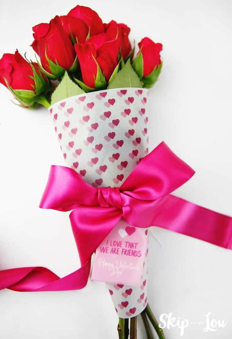 Cosa regalare a San Valentino, bouquet di rose con bigliettino attaccato