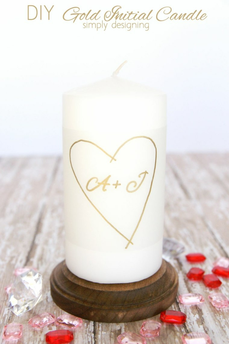 Candela con incisione cuore e iniziali, regalo per la festa di San Valentino