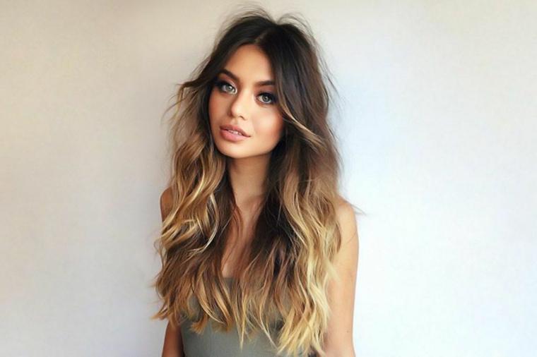 Balayage biondo, ragazza con capelli lunghi e mossi, acconciatura con riflessi caramello