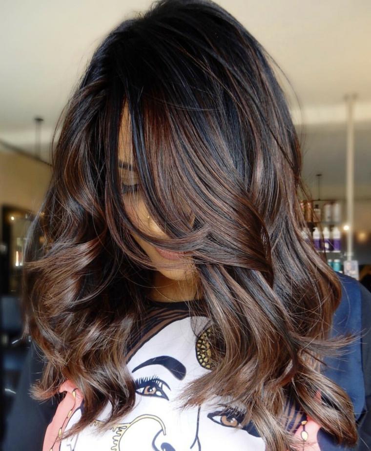 Capelli castani con riflessi, capelli con onde morbide dal colore caramello