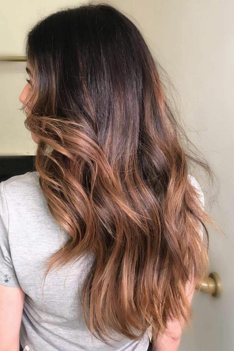 Colore capelli autunno 2020, taglio capelli scalato di colore castano caramello