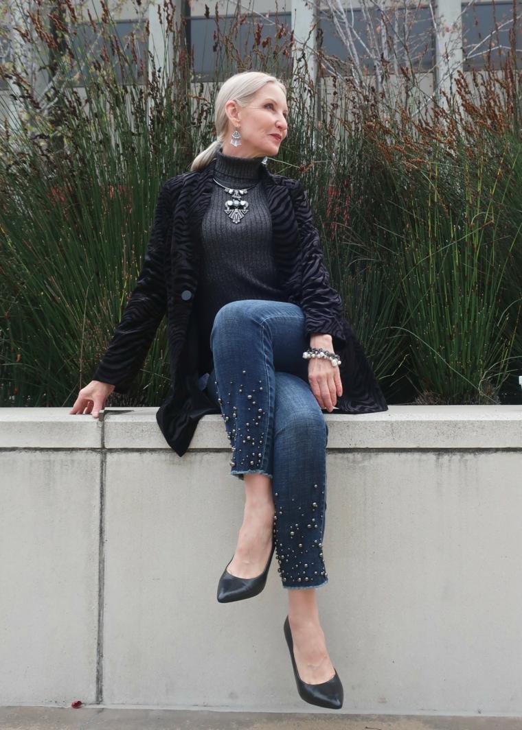 Donna che indossa jeans con borchie, tagli corti femminili di colore biondo platino