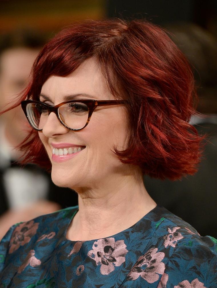 Tagli capelli autunno 2020 donne, capelli mossi di colore rosso e frangetta